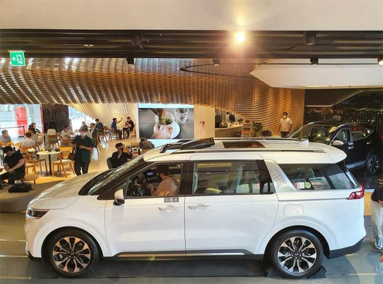 Phần thân xe Kia Sedona 2021